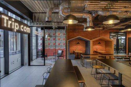 tripcom-office-graphics